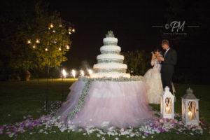 sposi di fronte alla torta