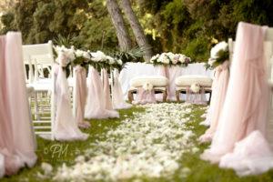 petali vicino sedie matrimonio