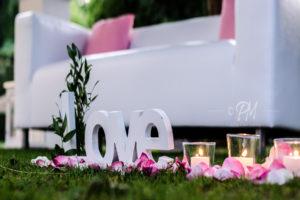 candele e petali a terra