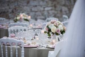 tavoli con fiori e posate