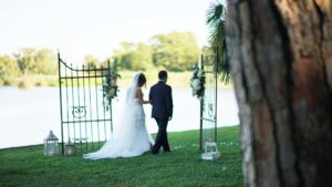 sposi davanti cancello