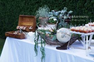 allestimento tavolo con oggetti