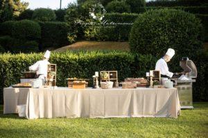 chef all'opera dietro la tavola