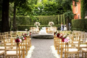 sedie e altare