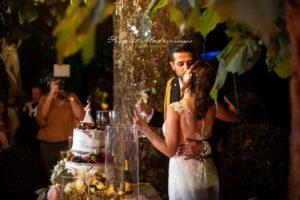 sposi si baciano con champagne in mano