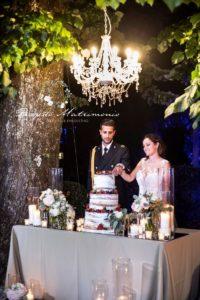 sposi tagliano la torta nuziale