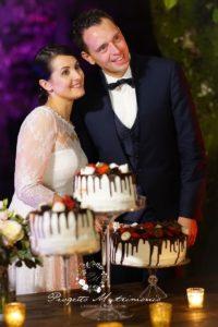 foto degli sposi davanti i dolci