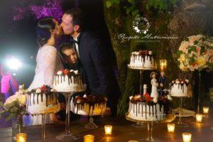 sposi si baciano davanti la torta