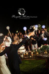 sposi stappano champagne