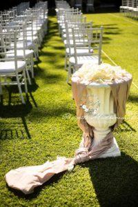 vaso addobbato con fiori e tovaglia