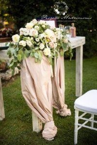 fiori su tavolo con tovaglia