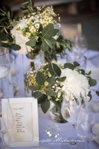 fiori su tavolo da pranzo