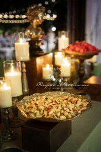pezzi di frutta su banchetto con candele
