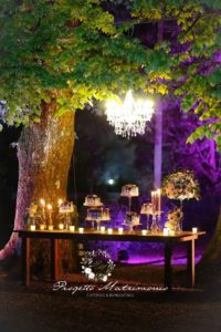 banchetto con cibo sotto albero