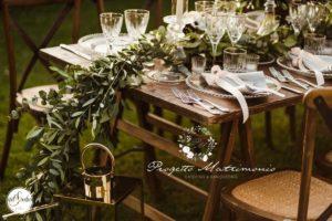 tavolo marrone apparecchiato