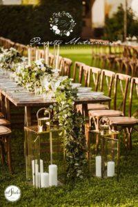 tavolo con candele sul giardino