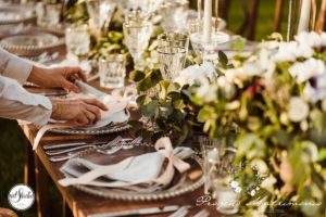 preparazione del piatto nella tavola