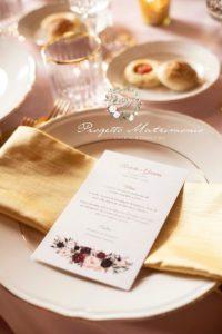 pezzo di carta con menu sopra piatto