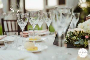 bicchieri e cibo su tavolo