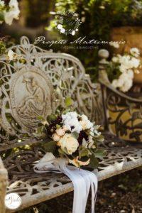 fiori appoggiati su panchina