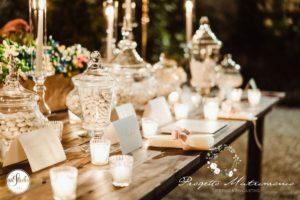 confetti su tavolo con candele