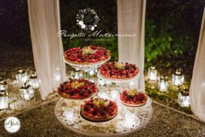dolcetti su vari vassoio appoggiati su tavolo