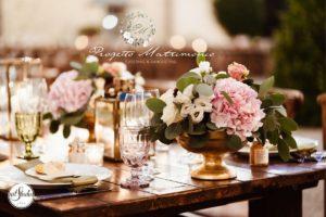 fiori accanto a piatti