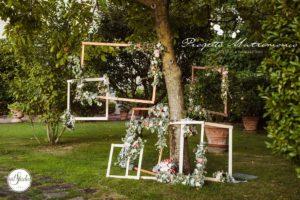fiori intorno a cornice vicino a un albero