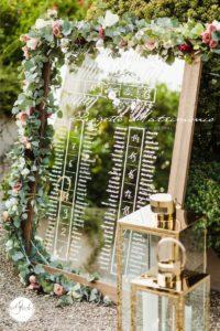 specchio con fiori ai lati