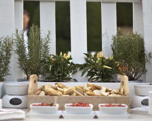 pane e altro cibo su tavolo